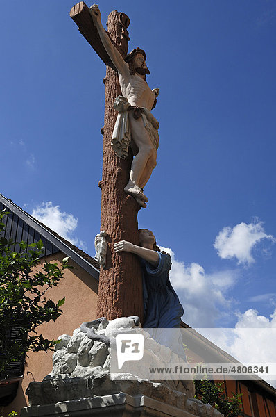 Farbiges Kruzifix mit Maria  Rue de Jeanne d`Arc  Ingersheim  Elsass  Frankreich  Europa