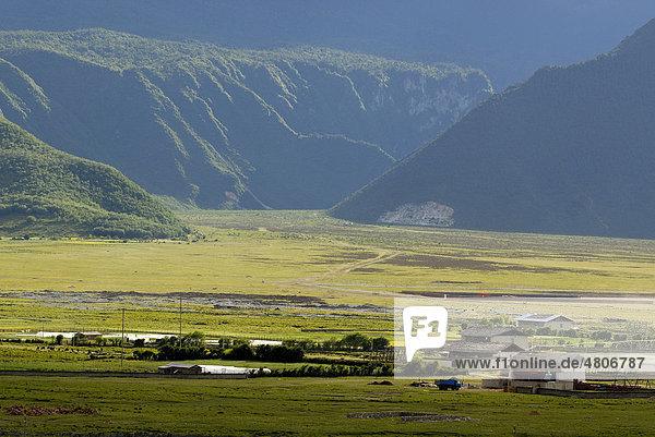 Tibetische Bauernhäuser eines Dorfes in Osttibet mit Rapsfeldern in den Himalayaausläufern  Kham  Shangri la  tibetisch: Gyelthang  Osttibet  heute Provinz Yunnan  China  Asien