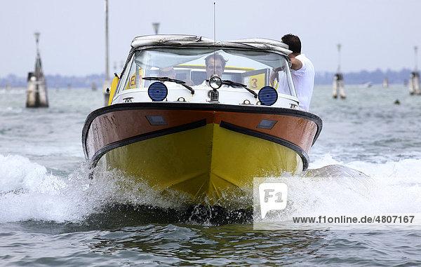 Ambulanza  Ambulanzboot mit medizinischer Besatzung im Einsatz  Venedig  Venetien  Italien  Europa