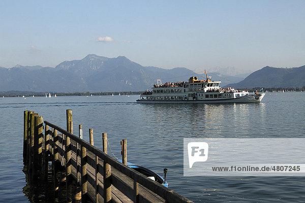 Fähre auf dem Chiemsee mit Berg Hochgern  Prien  Chiemgau  Oberbayern  Bayern  Deutschland  Europa