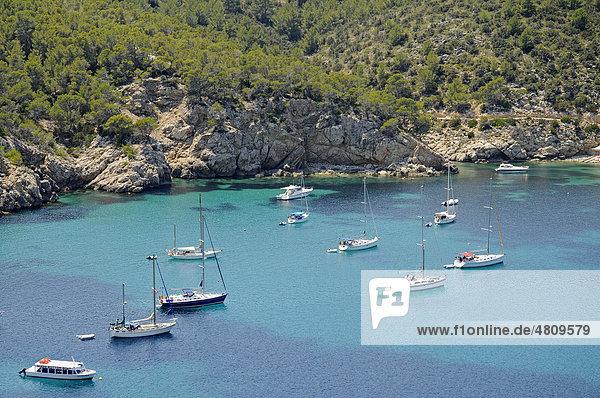 Boote  Bucht  Port de Sant Miquel  Hafen  Ibiza  Pityusen  Balearen  Insel  Spanien  Europa