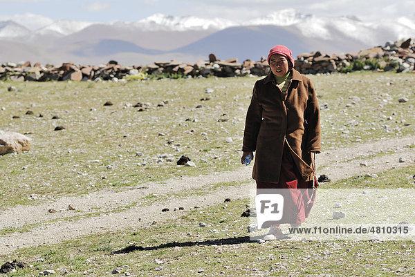 Nonne umrundet Berg am Namtso See  Himmelssee  Tibet  China  Asien