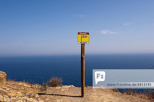 Warnhinweis auf starken Wind am Cap Rederis  Cote Vermeille  bei Colliure und Banyuls  Languedoc-Roussillon  Südfrankreich  Frankreich  Europa