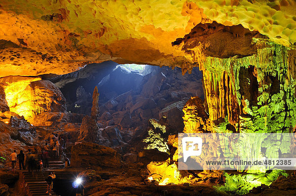 Hang Sung Sot Höhle  Surprise Cave  Höhle der Ehrfurcht  Tropfsteinhöhle in der Halong Bucht  Vietnam  Südostasien