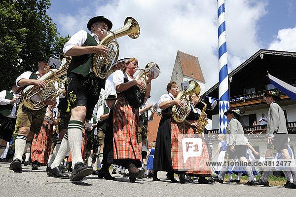 Blaskapelle  Festzug zum Loisachgau Trachtenfest  Neufahrn  Oberbayern  Bayern  Deutschland  Europa