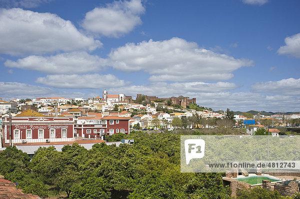 Stadtbild mit Kathedrale SÈ und Castelo  Silves  Algarve  Portugal  Europa