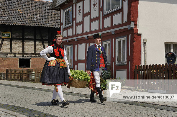 Paar in Schwälmer Tracht  Salatkirmes  Ziegenhain  Schwalmstadt  Schwalm-Eder-Kreis  Oberhessen  Hessen  Deutschland  Europa