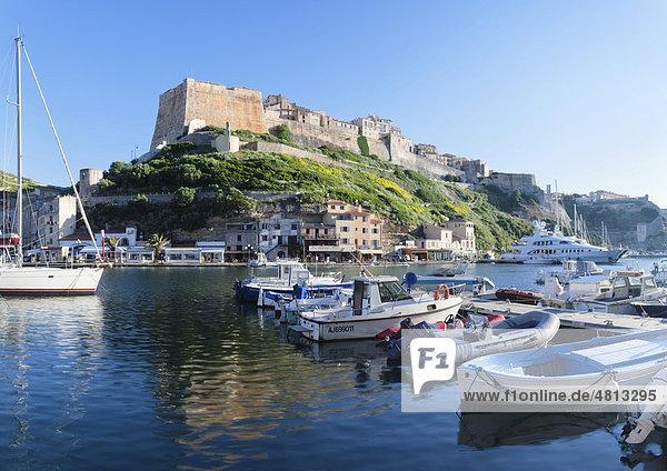 Hafen und Zitadelle  Bonifacio  Straße von Bonifacio  Korsika  Frankreich  Europa