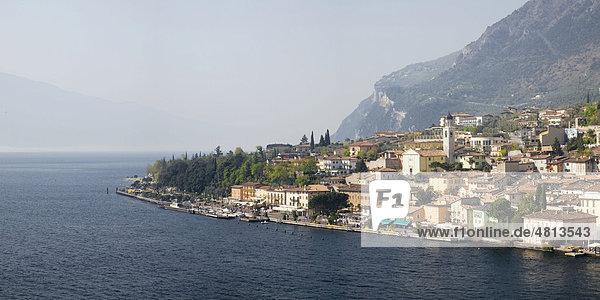 Aussicht auf Limone und den Gardasee  Lombardei  Italien  Europa