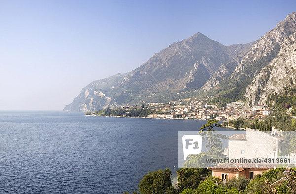 Aussicht auf die Bucht von Limone  Gardasee  Lombardei  Italien  Europa