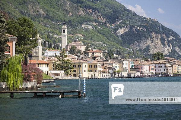 Stadtbild von Gargnano am Ufer des Gardasees  Lombardei  Italien  Europa