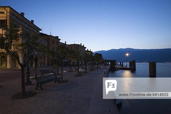 Tagesanbruch an der Promenade in Gargnano  Gardasee  Lombardei  Italien  Europa
