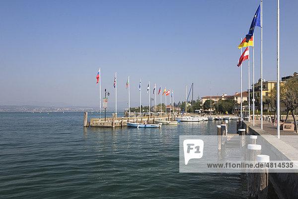 Fahnen am Hafen von Sirmione  Gardasee  Lombardei  Italien  Europa