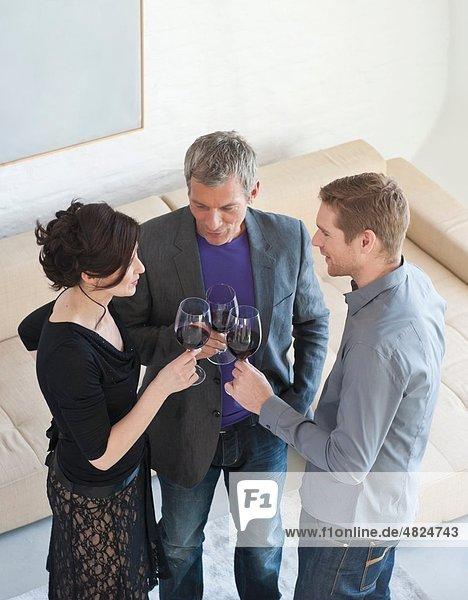 Männer und Frauen beim Weintrinken