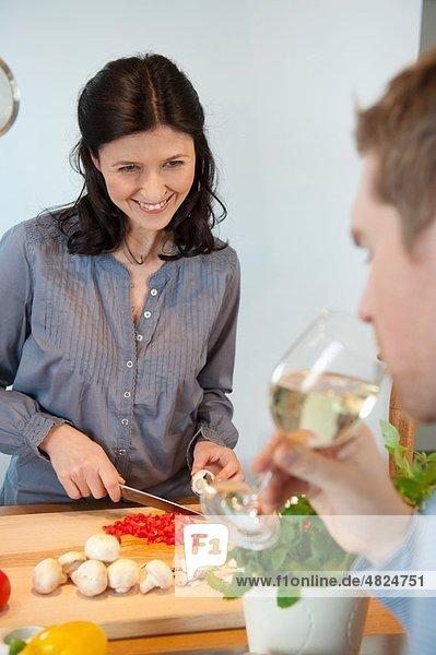 Mann und Frau kochen in der Küche