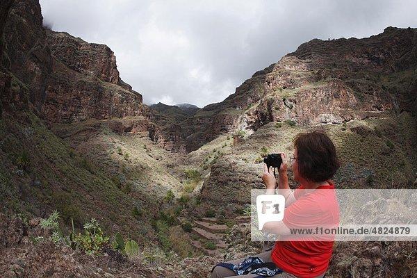 Spanien  Kanarische Inseln  La Gomera  Barranco de Guarimiar bei Alameda  Bergfotografin