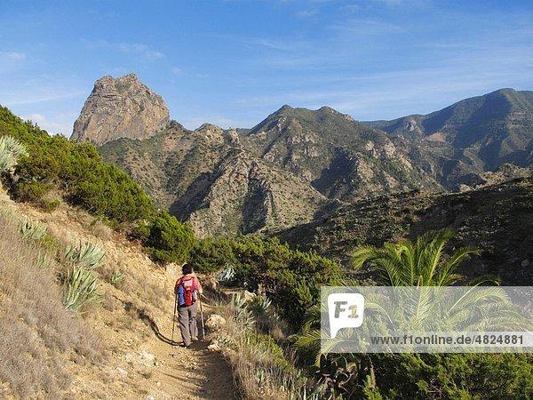 Spanien  Kanarische Inseln  La Gomera  Roque Cano  Barranco de la Era Nueva  Frau mit Rucksackwanderung auf Berge