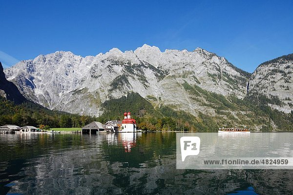 Deutschland  Bayern  Oberbayern  Nationalpark Berchtesgaden  Blick auf die Kirche St. Bartholomä am Königssee