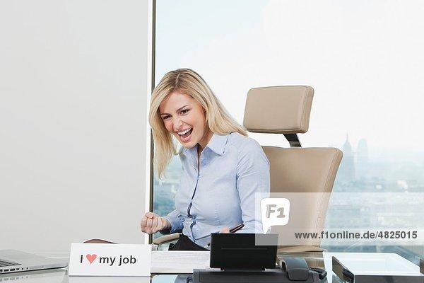 Geschäftsfrau lacht im Büro