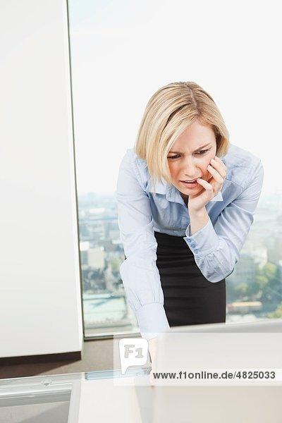 Geschäftsfrau mit Laptop im Büro