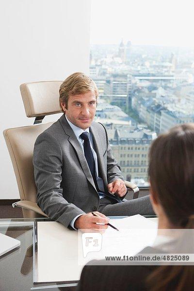 Deutschland  Frankfurt  Geschäftsleute  die im Büro diskutieren