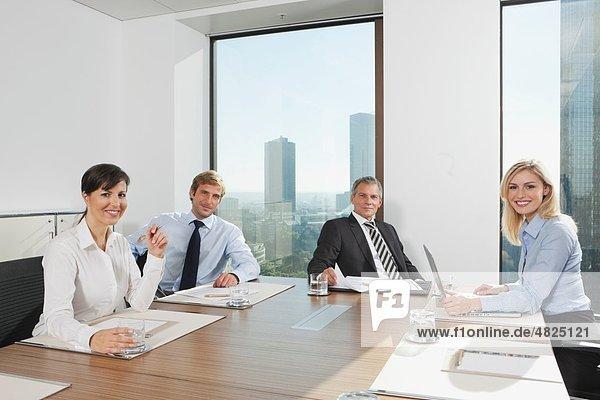 Deutschland  Frankfurt  Geschäftsleute im Konferenzraum  lächelnd  Portrait