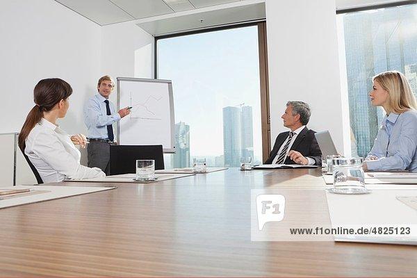 Deutschland  Frankfurt  Geschäftsleute im Konferenzraum