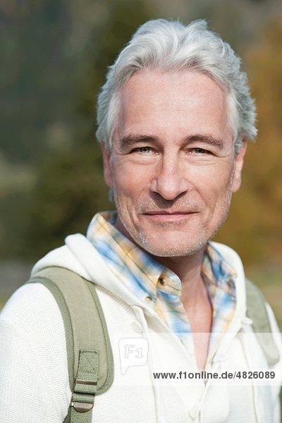 Italien  Südtirol  Reifer Mann lächelnd  Portrait