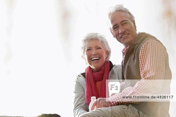 Italien  Südtirol  Reife Paare wandern auf Dolomiten  lächelnd  Portrait