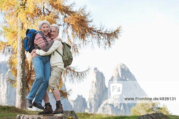 Italien  Südtirol  Reife Frau beim Dolomitenheben