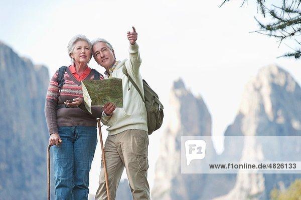 Italien  Südtirol  Ehepaar mit Kartenwanderung auf Dolomiten
