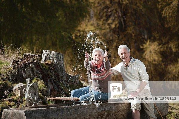 Italien  Südtirol  reifes Ehepaar am Trog auf Dolomiten