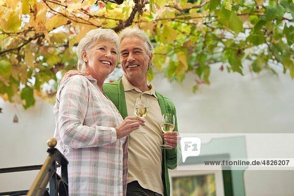 Italien  Südtirol  Ehepaar mit Weinglas im Gästehaus