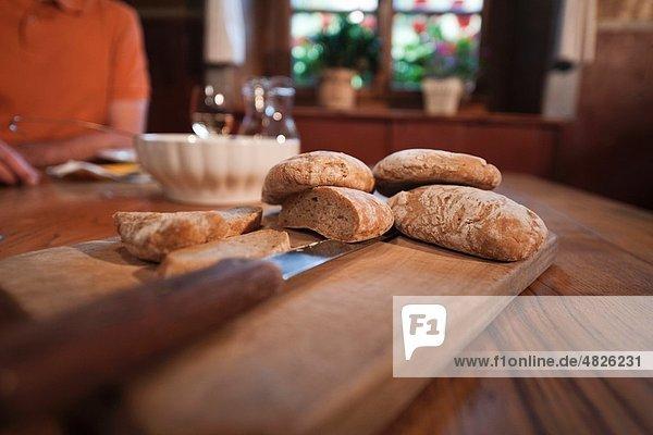 Italien  Südtirol  reifer Mann bei Snacks im Gästehaus