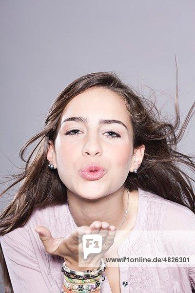 Mädchen beim Küssen  Porträt