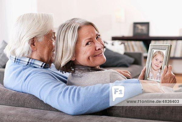 Deutschland  Wakendorf  Großeltern mit Enkelin Foto