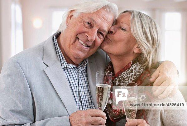 Seniorin küssender Mann  Porträt