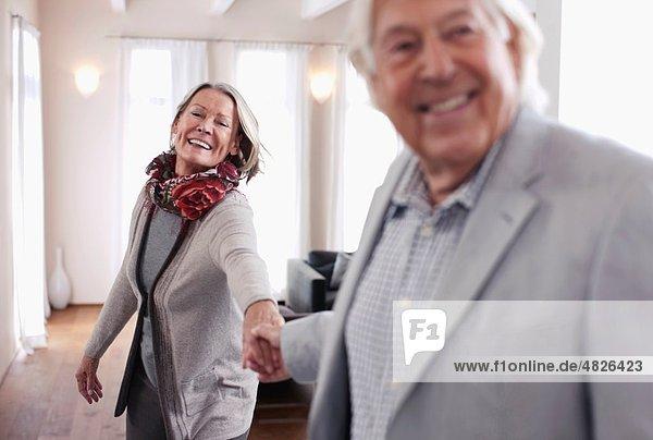 Deutschland  Wakendorf  Seniorenpaar lächelnd