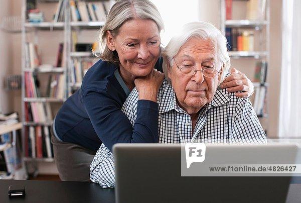 Deutschland  Wakendorf  Seniorenpaar mit Laptop