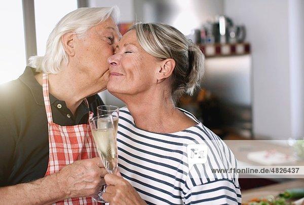 Senior Mann küssende Frau  Nahaufnahme