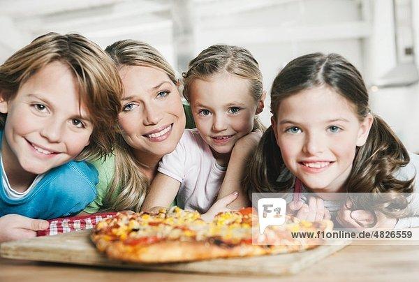 Deutschland    Mutter und Kinder in der Küche  lächelnd  Portrait
