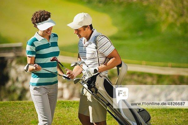 Italien  Kastelruth  Golfer wählen Golfclub auf dem Golfplatz
