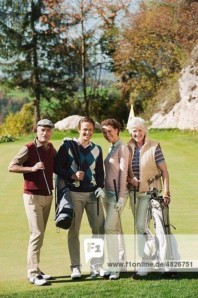 Italien  Kastelruth  Golfspieler auf dem Golfplatz  lächelnd  Portrait