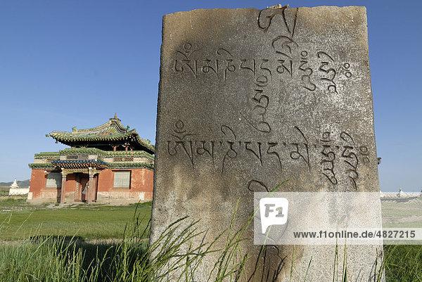 Tibetische Steininschrift auf Felsplatte und Tempel in der Innenanlage des Klosters Erdene Zuu Khiid  Karakorum  Kharkhorin  Övörkhangai Aimak  Mongolei  Asien