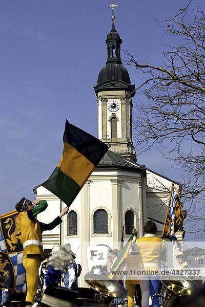 Fahnenschwinger Tanz bei der St. Georg Parade  Pferdeparade  Traunstein  Oberbayern  Deutschland  Europa