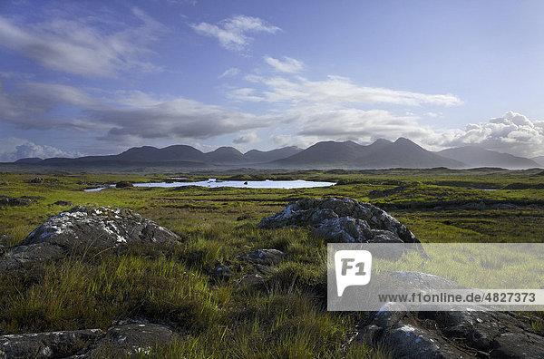 Landschaft von Connemara  Twelve Bens Gebirgskette  County Galway  Republik Irland  Europa