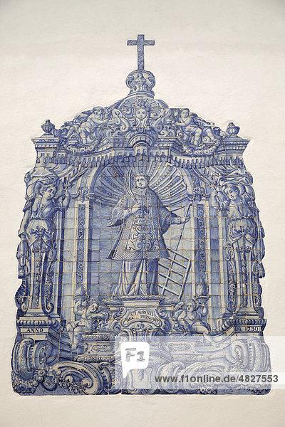 Typisch blaues Azulejo an der Fassade der berühmten Kirche Igreja de Sao Lourenco de Matos in Almancil  Algarve  Portugal  Europa Typisch blaues Azulejo an der Fassade der berühmten Kirche Igreja de Sao Lourenco de Matos in Almancil, Algarve, Portugal, Europa