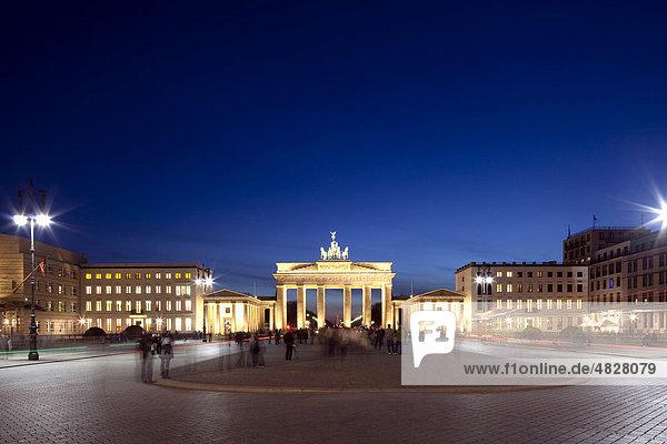 Brandenburg Gate  Pariser Platz square  Berlin-Mitte  Berlin  Germany  Europe