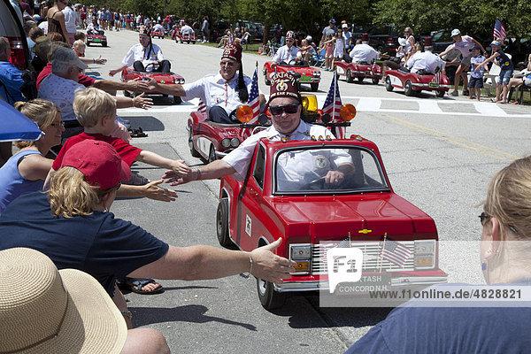 Mitglieder des Bektash Shrine Center fahren ihre kleinen Autos bei der Parade zum 4. Juli  Unabhängigkeitstag  in einer kleinen Stadt in New England  Amherst  New Hampshire  USA