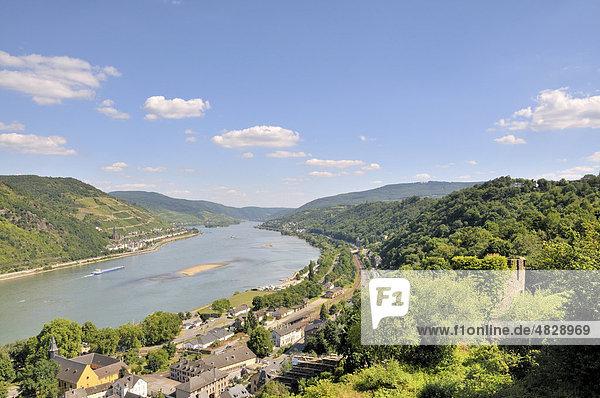 Blick von der Burg Stahleck in Bacharach  Rheinland-Pfalz  über den Rhein auf Lorchhausen  Hessen  Mittelrheintal  Weltkulturerbe der UNESCO  Deutschland  Europa